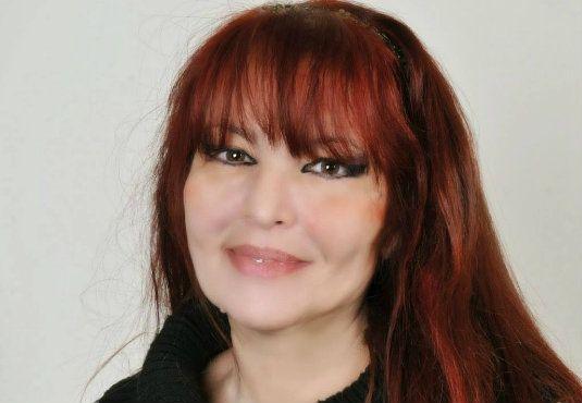 Η #Κατερίνα_Καριζώνη γράφει ποίηση, μυθιστόρημα, παιδικά βιβλία. Μεγάλη αγάπη της η Θεσσαλονίκη, η Μάνη και το Ιστορικό Μυθιστόρημα. Με αφορμή το βιβλίο της που μόλις κυκλοφόρησε την «Πόλη των αθώων», μιλά στο Fractal και στον στον Ελπιδοφόρο Ιντζέμπελη ------------------------------ #book #writer Εκδόσεις Καστανιώτη http://fractalart.gr/katerina-karizoni/