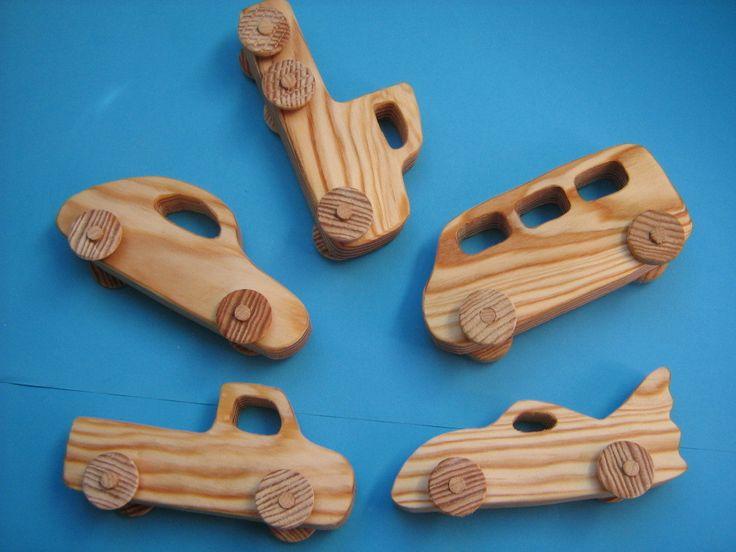 Voitures en bois chantourné,  découpées dans une palette, les roues sont faites dans un manche à balais.