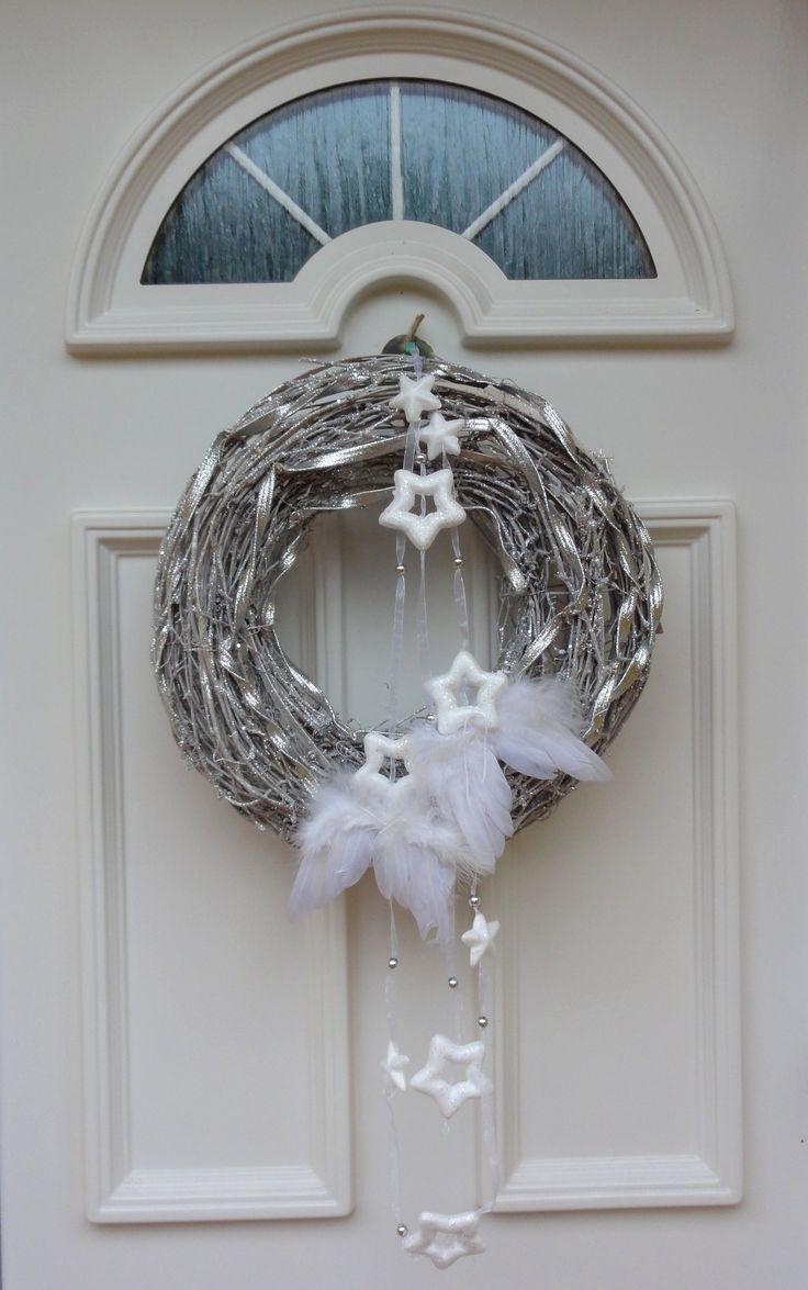 Hvězdný s andělskými křídly Masivní glitrovaný věnec jsem nazdobila ověsem z bílých hvězdiček a andělskými křídly.Trvanlivá vánoční dekorace. Velikost věnce 35cm s ověsem délka 60cm.