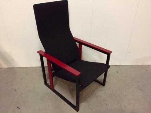 """""""Artzan"""" sillón"""": diseño finlandés de los años 1980, por Simo Heikkila para Pentik. El diseño es una reminiscencia de Rietveld. En el momento, el Presidente fue producido en dos combinaciones de colores: negro y rojo, negro y azul medio. La tapicería negra tenía rayas verticales en rojo o azul. El sillón y la tapicería están en muy buen estado. Esta silla única tiene un alto confort. El sillón no está marcado. El sillón fue adquirido alrededor de 1990. Anchura: 61 Altura: 10..."""