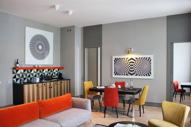 Apartament w hotelu H15 z obszernym salonem i wygodnym aneksem kuchennym jest idealny do organizacji kameralnych spotkań, małych prezentacji oraz spotkań prasowych do 15 osób.  Wyposażony w sprzęt multimedialny (ekran, projektor), Smart TV, z bezprzewodowym dostępem do Internetu i klimatyzacją.