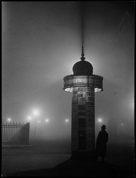 Colonne Morris en pleine nuit dans Paris © Brassai
