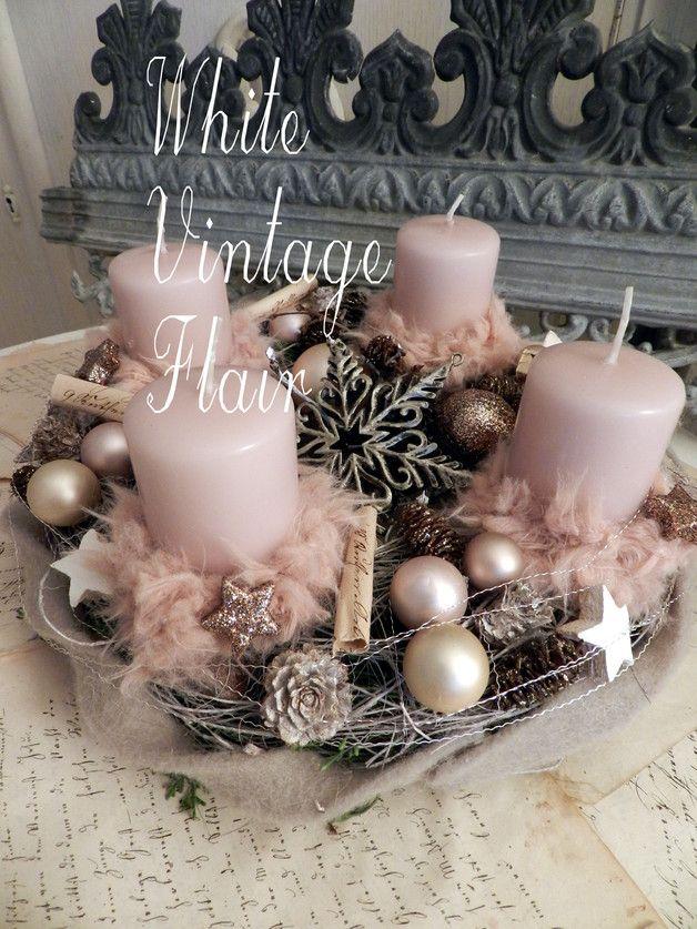 Wunderschöner, kleiner Adventskranz. In Vintage grau -Rosé ..... Die Unterlage ist ein Kranz aus Moos und gekalkten Palmfasern der mit Vintagerosé Kerzen garniert ist, ausgeschmückt ist er...
