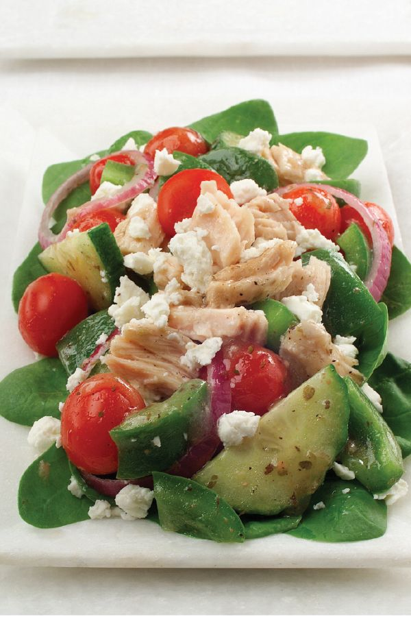 Greek Spinach Salad with Tuna – Feta cheese, tomatoes, red onions, and cucumbers give this big spinach salad recipe with tuna its distinctively Greek flavor. This fresh dish is ready in just 10 minutes.