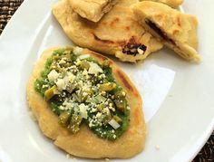 Prepara en casa este tradicional antojito mexicano elaborado con masa de maíz y aderezado con salsa picante, cebolla y queso.