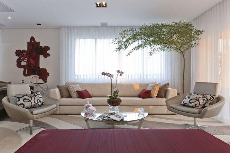 Sofá com revestimento de linho e mesa de centro redonda, de vidro, da Breton Actual.
