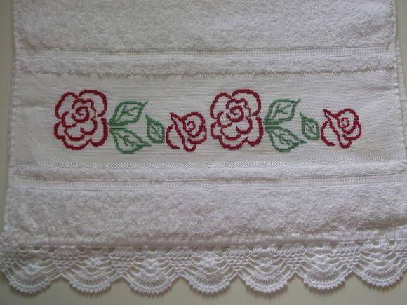 toalha de rosto bordada ponto cruz com crochê.
