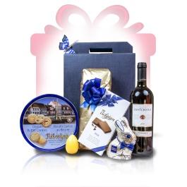 """Luscious Blue  Un #cos #cadou ideal pentru partenerii de afaceri sau clienti, Luscious Blue surprinde spiritul cofetariei europene incorporand deliciul ciocolatei cu lapte belgiene, textura biscuitilor cu unt danezi, alaturi de aroma bogata de cirese a vinului Chianti, pentru un """"multumesc"""" delicios de fiecare data   #cadoubusiness #coscadou #cadougourmet #cosurigourmet"""