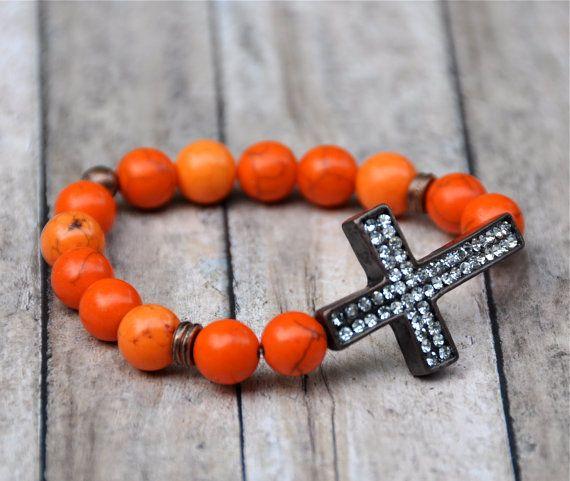 Levendige oranje howliet edelsteen kralen met gebronsd accenten & Strass effenen metalen grijs zijwaarts Kruis. Trendy stijl voor alle seizoen!  Armband strekt zich uit, past comfortabel omhoog aan 7 1/2-inch pols.  #crossbracelet #giftsforher #beadrustic