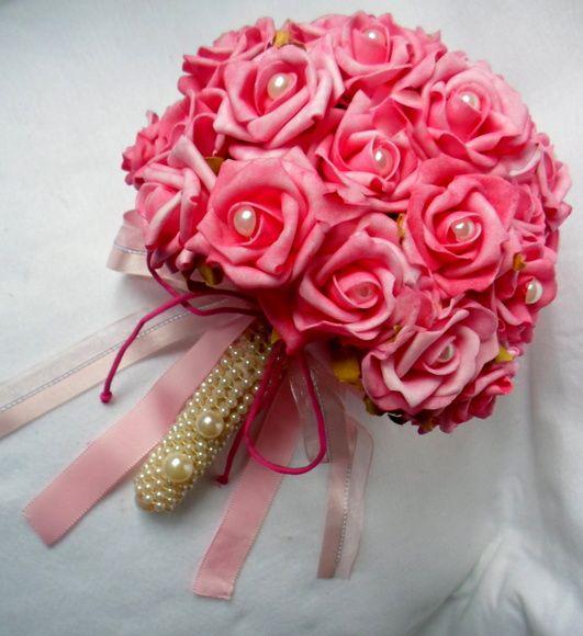 Buque pink feito com flores permanentes em EVA material bem fino e delicado dando uma aparência similar á flor natural . O CABO PODE SER EM PÉROLAS OU EM FITAS COM OU SEM LAÇOS. O buque possui 42 rosas com ou sem pérolas no centro. R$ 130,00