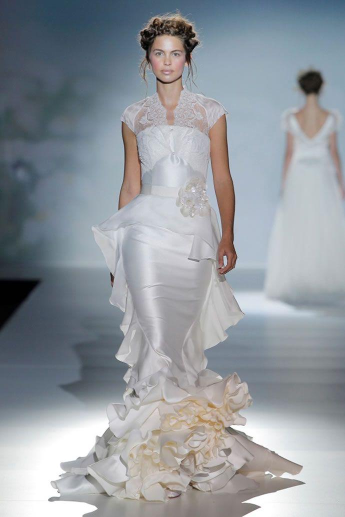 На фото модели демонстрируют цветные свадебные платья 2014