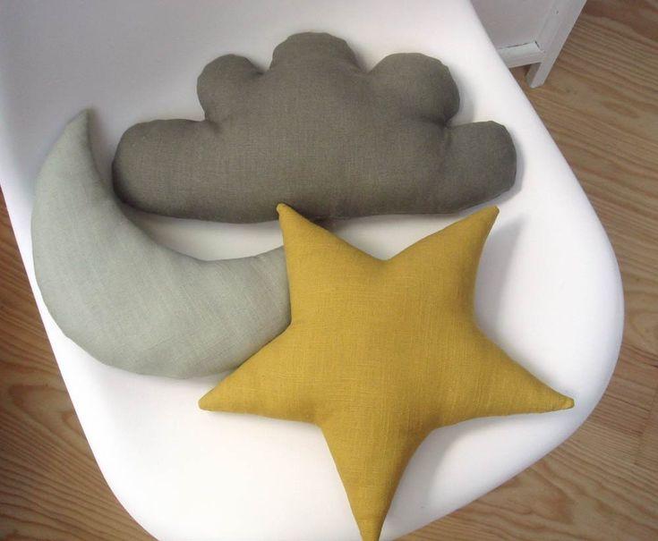 Petit coussin étoile jaune moutarde : Textiles et tapis par le-bazar-creations