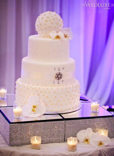 Desain kue yang cantik ditambah dengan dekorasi lilin yang membuatnya lebih menarik.