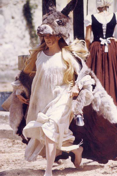 Peau d'Ane dans la cour du château, malmenée par les serviteurs du roi