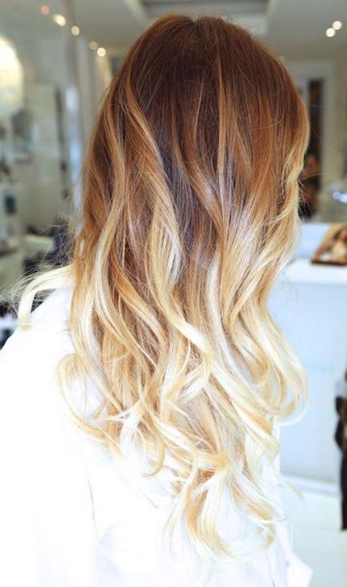 helle spitzen dunkle ansätzen lockige haare mit lockenstab fixiert tolle frisur idee