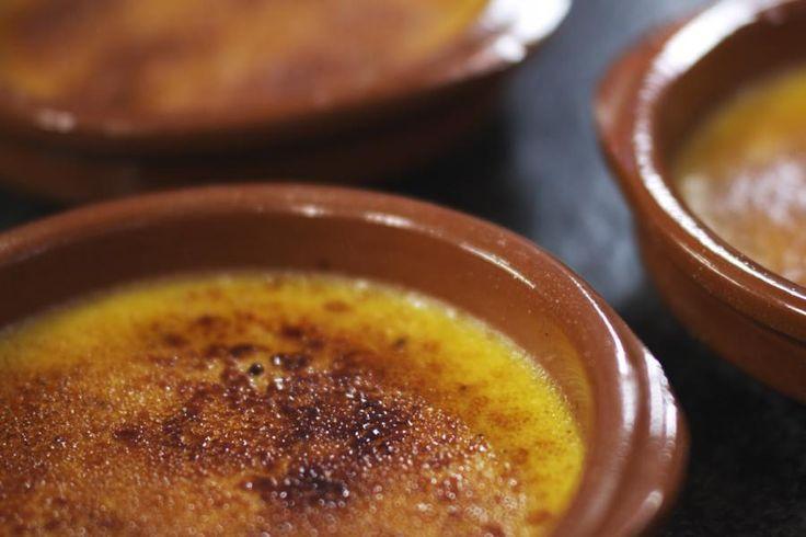 Als er één dessertje weinig introductie nodig heeft, is het wel crème brûlée. Het is een bommetje, maar dan wel eentje dat fenomenaal lekker is. Om dit gerecht perfect te maken, doe je er wel goed aan om te investeren in een kleine gasbrander waarmee je een perfect krokant suikerlaagje kan maken.