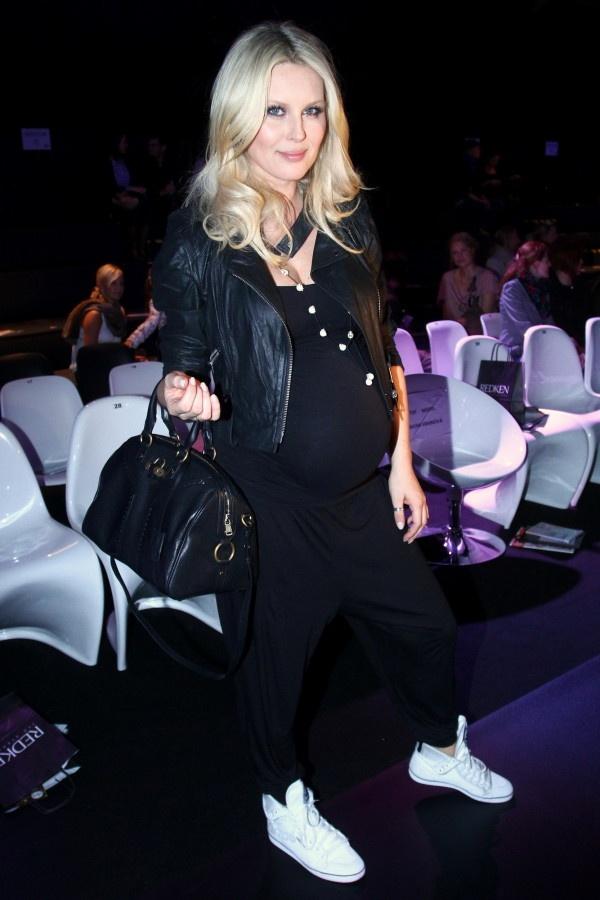 Simona Krainová byla celá v černém, akorát bílé tenisky vyčnívaly