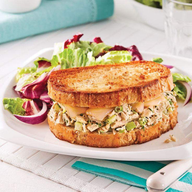 Un sandwich juste assez grillé pour faire dorer le pain et fondre le délicieux fromage! Un délice!