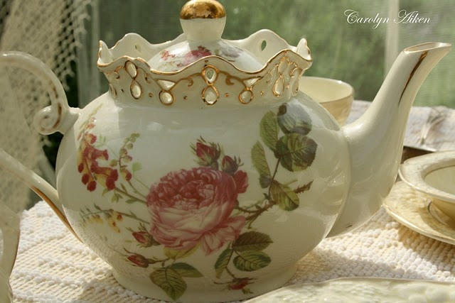 "Love the unusual scalloped ""crown"" top on this teapot!"