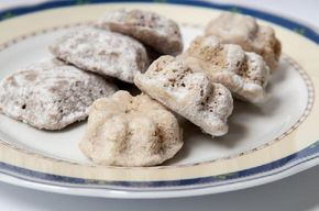 Staročeské pracny (medvědí tlapky)  120 g vlašských ořechů, 150 g hladké mouky, 100 g moučkového cukru, 100 g másla, 1 vejce, 1/2 lžičky mle...