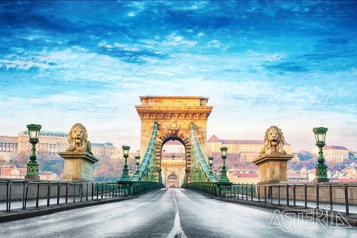 De Kettingburg geldt als de mooiste van de 11 bruggen die de delen Boeda en Pest met elkaar verbind over de Donau