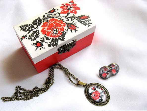 #Set #cadou, #cutie si #bijuterii #femei, set cu #motive #traditionale / #model #floral #stilizat. Set cutie de #lemn si bijuterii: #cercei, #colier si #pandantiv realizat din #metal / #bronz si #sticla. http://handmade.luxdesign28.ro/produs/set-cadou-cutie-si-bijuterii-femei-set-cu-motive-traditionale-29693/