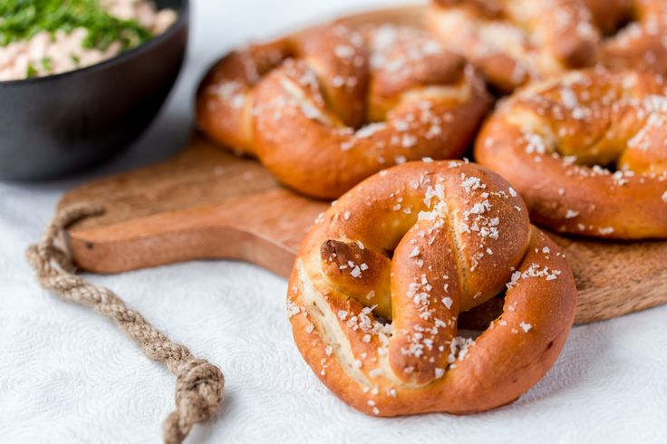 Thermomix Pretzels are an absolute treat for the whole family. Make these salty, authentic pretzels with cheese dip in your Thermomix. Step by step recipe.