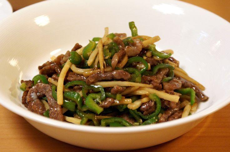 このブログでチンジャオロース(正確にはチンジャオニューロース)のレシピをご紹介するのは3回目です。 1回目は 本格中華な味のチンジャオロース(青椒肉絲)の作り方(レシピ) でご紹介した牛肉版、 2回目は 本格中華な味のチンジャオロース(青椒肉絲)の作り方 ver2.0 でご紹介した豚肉版、 で、今回ご紹介するのは、1回目の時から随分と料理の腕も上がったので、牛肉版のレシピの改訂版にあたります。と言...
