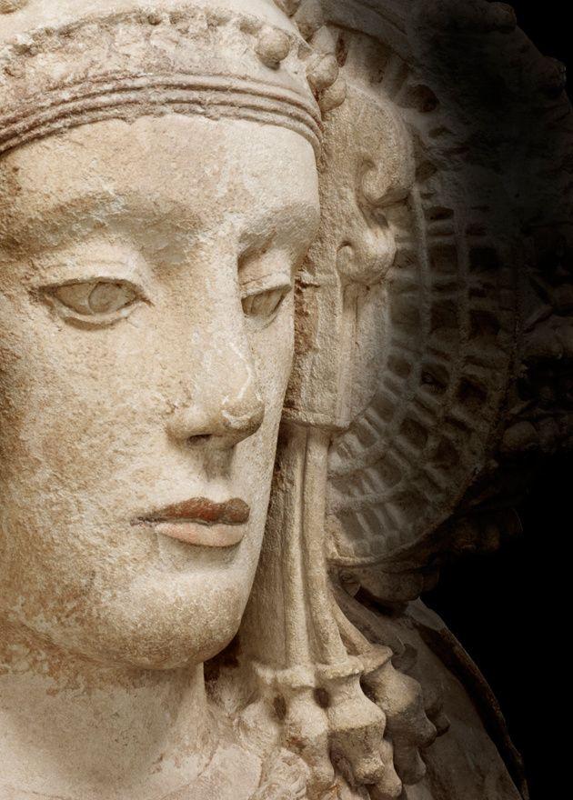Museo Arqueológico Nacional. Al igual que la Mona Lisa de Da Vinci es la estrella indiscutible del Museo Louvre de París, podríamos decir que la Dama de Elche es la gran reina del Museo Arqueológico Nacional. La posibilidad de reencontrarnos con esta escultura íbera del siglo V a.C. es razón suficiente para visitar una y otra vez el museo. Situada en la primera planta (sala 13), su perfecto busto se encuentra dentro de una gran urna de cristal sobre un enorme tapiz liso de color cobrizo.