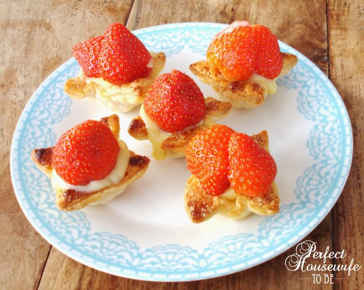 Perfect Housewife - to be: Bladerdeeggebakjes met aardbeien en banketbakkersroom
