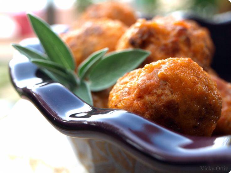 Las albóndigas: receta típica española. Son una mezcla de carnes con huevo, pan y especias, entre otros ingredientes que quedan realmente jugosas.