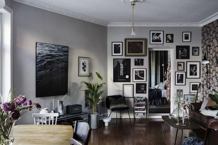 Många av oss har dille på olika saker i hemmet... växter, böcker, kuddar? Är bilder något du älskar, varför inte låta konsten ta över och breda ut sig över en hel vägg, från golv till tak. Med ramar och motiv i olika stilar och storlekar och blandat med foto,…