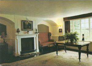 Haseley Manor, nabij Arreton (eiland Wight): de bibliotheek. [De enige kaart waarop geen boeken zijn afgebeeld].