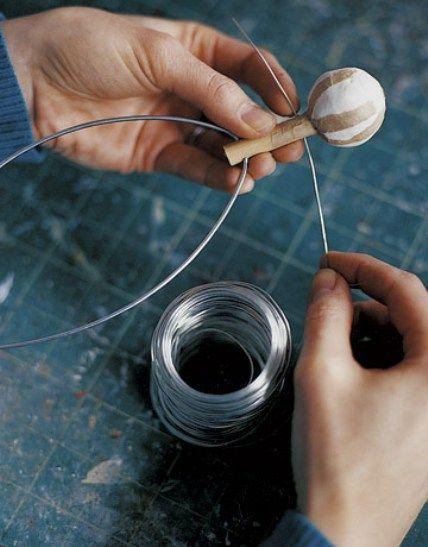 Adding-Wire-For-Limbs-armazón interior para hacer figura de papel mache