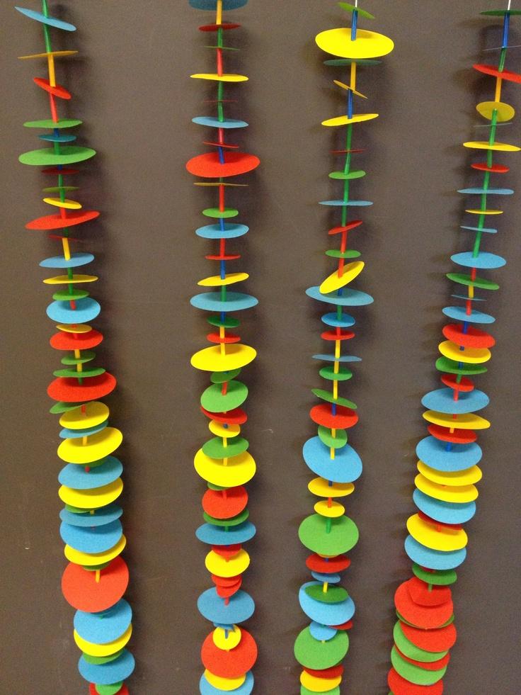 Guirlandes de ronds de papier et de morceaux de pailles