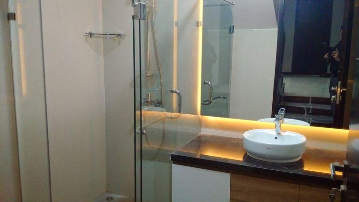 Desain kamar mandi cocok untuk bawah tangga   Portofolio By : Intervisual (Interior Designer di Sejasa.com)