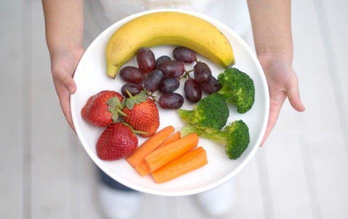 Forskare har granskat hur mycket vi kan gå ner i vikt genom att äta mer av vissa frukter, bär och grönsaker.