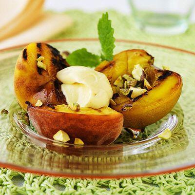 Sätt guldkant på vilken dag som helst och grilla stenfrukt till efterrätt! De är fasta i fruktköttet och får en fantastisk djup och söt smak efter en stund i värmen. Snabbt och enkelt! / Grillad persika eller nektarin // 4 PORTIONER  4 mogna nektariner  2 msk flytande honung  250 g kesella vanilj  50 g skalade, hackade pistagenötter  = finns i Coops ekologiska sortiment