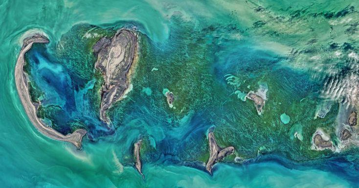 RISCOS MISTERIOSOS - Um satélite da Nasa (Agência Espacial Norte-Americana) registrou as cores naturais do mar Cáspio, ao redor do arquipélago Tyuleniy. Além da impressionante cor do mar, os cientistas também ficaram impressionados com as linhas brancas que aparecem entre a vegetação verde escura, queriam entender como as tais linhas se formaram. Após análise, pesquisadores notaram que parte dos riscos podiam ter origem humana, criados por objetos que se arrastaram no local. Porém, a…