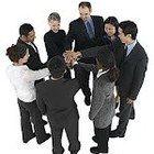 La fuerza que integra al grupo y su cohesión se expresa en la solidaridad y el sentido de pertenencia al grupo que manifiestan sus componentes. Cuanto más cohesión existe, más probable es que el grupo comparta valores, actitudes y normas de conducta comunes.