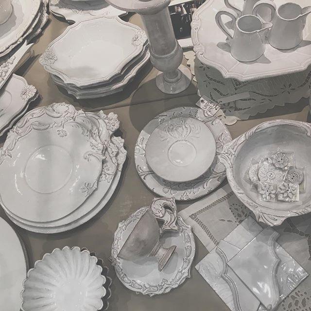. #ジベアドゥベ #フランス #陶器 #ジャンバティスト #ルギャール #アスティエ #JB AdeV,créations depuis 1993 #クリスマス #テーブルコーディネート #フランス #フランス🇫🇷 . . フランスの黒土に白い釉薬が塗ってあり 薄っすらと黒い模様が浮き出た感じが 本当に美しい✨ ひとつひとつ手作りの一点物で 自分で選んだものは宝物になり アンティークとして引き継がれていく。 とっても愛着の湧くジャンさんの作品です。 もともとアスティエの方ですが アスティエよりも大胆なデザインが多く やはり感覚で造られている 天才アーティストの作品だなと さらにはまっていく。