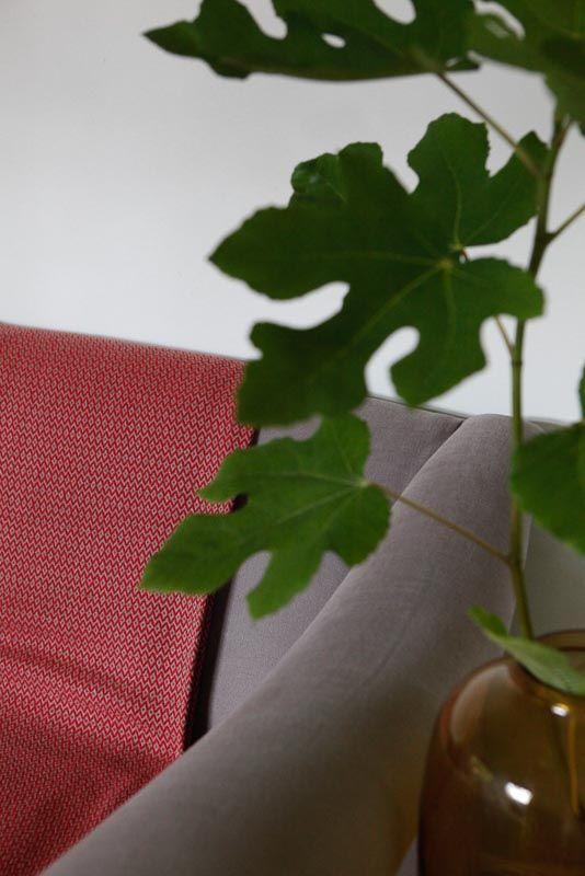 Rode plaid van katoen. XL deken dus ook asl sprei te gebruiken. Merk KnUS Handle with Love. Bij Ookinhetpaars.