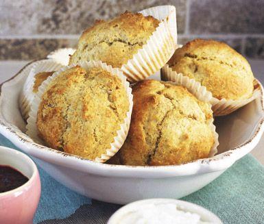 Dessa gudomliga dinkelscones går snabbt att tillaga. Frukostbröden blir härligt saftiga av lite kesella eller kvarg som du rör ner i smeten före den klickas ut i bullformar. Grädda mitt i ugnen i några minuter så dina goda scones får fin färg.