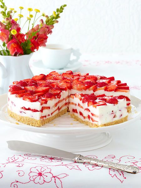 Erdbeer-Philadelphia-Torte  (use Google Translate:  uses cream cheese, fresh strawberries & crushed lady fingers.)