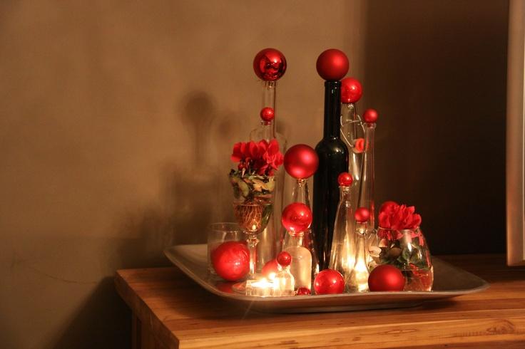 verzameling flessen en kerstballen