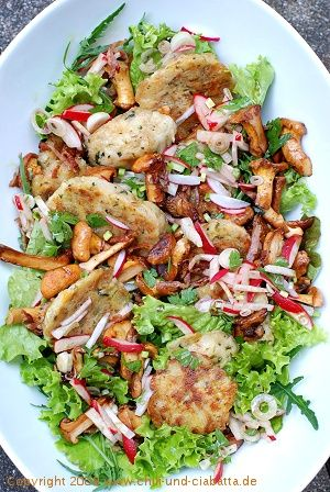 Gebratener Semmelknödel-Salat mit Pfifferlingen