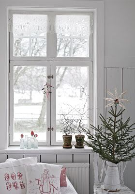 Plain tree and only a white star at the top and a white pot at the bottom.  Simply beautiful.: Holiday, Window, Xmas, Christmas Decorations, White Christmas, Nordic Christmas, Christmas Decorating Ideas, Scandinavian Christmas, Christmas Trees