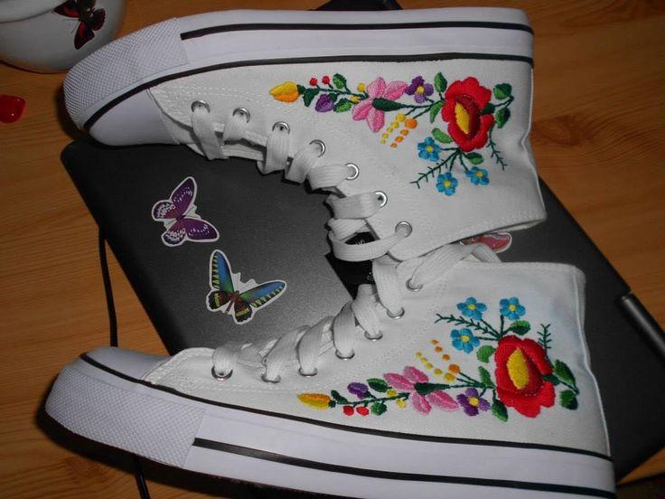 Kalocsai hímzett tornacipő.  ( Kalocsai embroidered sneakers)
