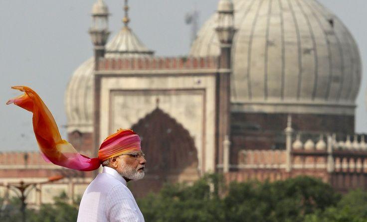 O primeiro-ministro indiano, Narendra Modi aborda a nação das muralhas do histórico Forte Vermelho, no Dia da Independência, em Nova Deli, Índia, segunda-feira 15 de agosto de 2016. India comemora a sua independência em 1947 do domínio colonial britânico, em 15 de agosto na terra da parte traseira da Índia maior Jama Maszid ou Mesquita é visto.  (AP Photo / Manish Swarup)