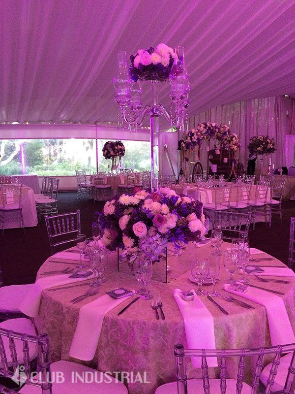 Una Boda elegante en tonos morados y candelabros altos